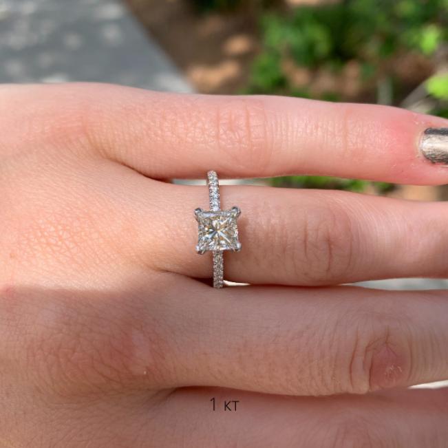 Кольцо с бриллиантом 1 кт Принцесса и дорожкой с боков