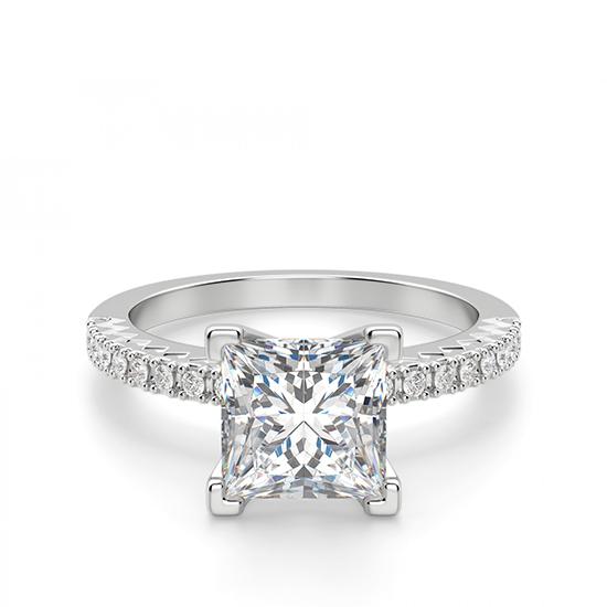 Кольцо с бриллиантом Принцесса и дорожкой с боков, Больше Изображение 1
