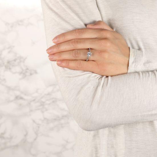 Кольцо с бриллиантом Принцесса и дорожкой с боков,  Больше Изображение 7