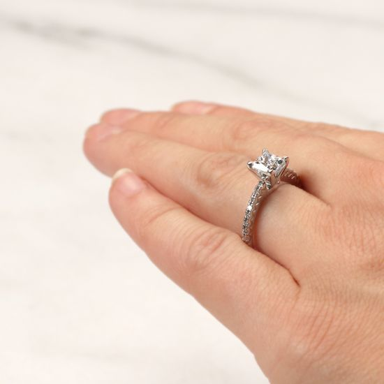 Кольцо с бриллиантом Принцесса и дорожкой с боков,  Больше Изображение 6