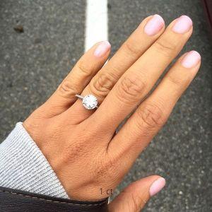 Кольцо с 1-каратным бриллиантом в малинке