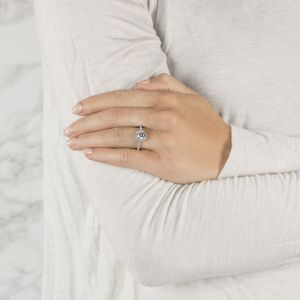Кольцо с круглым бриллиантом в мелком паве