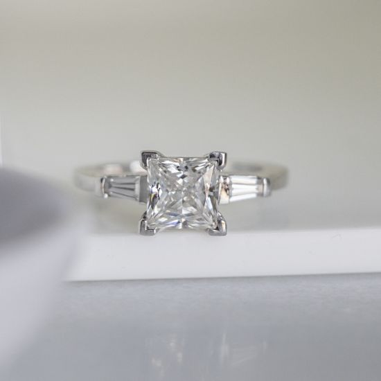 Кольцо с бриллиантом Принцесса» и багетами,  Больше Изображение 6