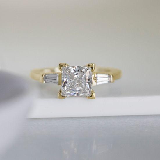 Кольцо с бриллиантом Принцесса и багетами,  Больше Изображение 5