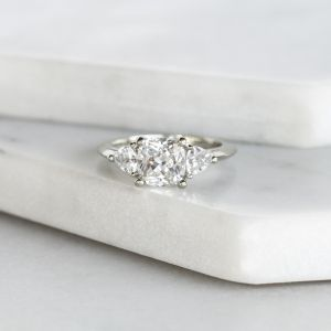 Кольцо с кушоном в центре с 2 боковыми бриллиантами