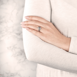 Кольцо с двумя бриллиантами