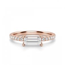Горизонтальное золотое кольцо с бриллиантом эмеральд