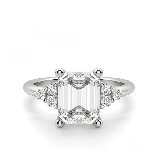 Кольцо с бриллиантом эмеральд и 3 бриллиантами по бокам, Больше Изображение 1