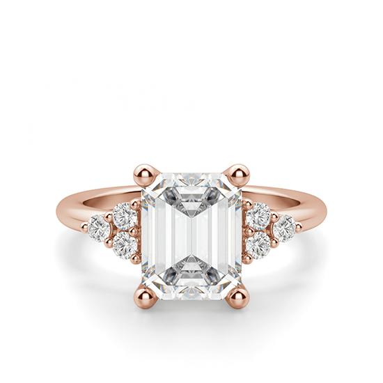 Кольцо с бриллиантом эмеральд и боковыми бриллиантами, Больше Изображение 1