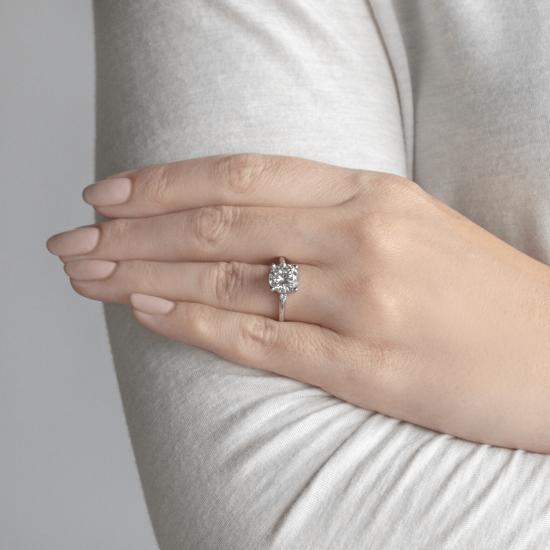 Кольцо с круглыми центральным и боковыми бриллиантами,  Больше Изображение 4