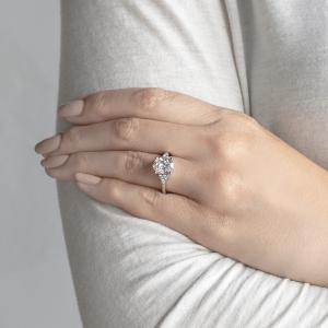 Кольцо с овальным бриллиантом и боковыми