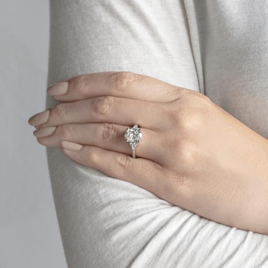 Кольцо из золота с овальным бриллиантом и 6 боковыми,  Больше Изображение 5