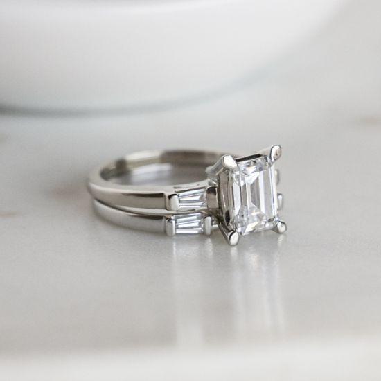 Кольцо с прямоугольным бриллиантом в центре и боковыми багетами,  Больше Изображение 6