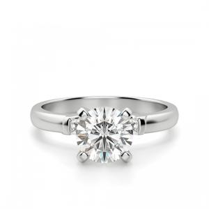 Кольцо из золота с круглым бриллиантом и 2 боковыми