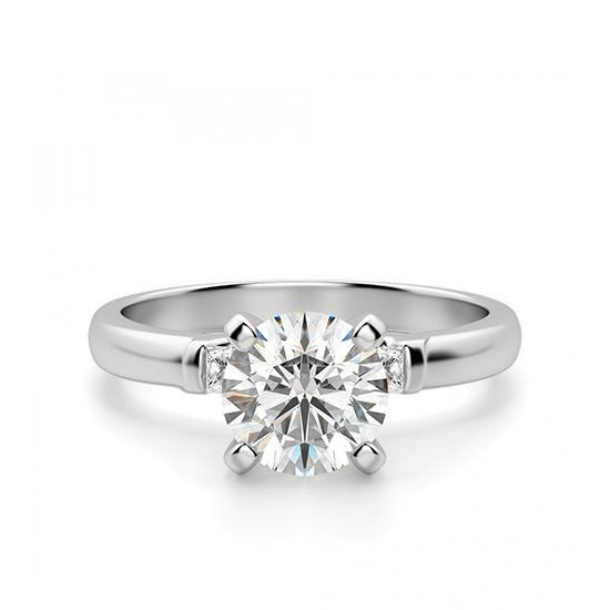 Кольцо из золота с круглым бриллиантом и 2 боковыми, Больше Изображение 1