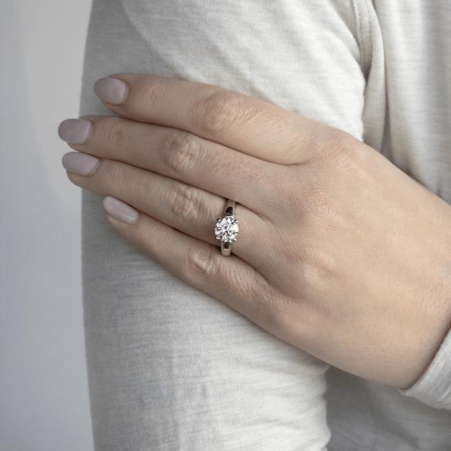 Кольцо с круглым бриллиантом и 2 боковыми