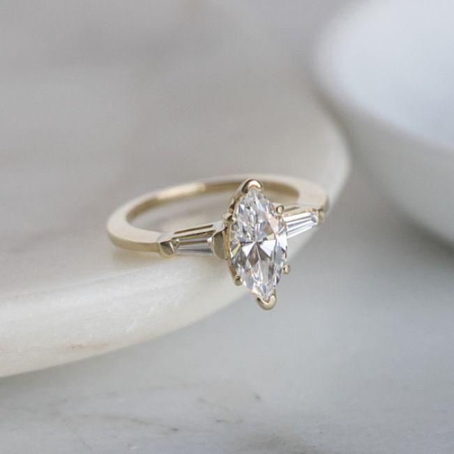 Кольцо с бриллиантом Маркиз с багетами