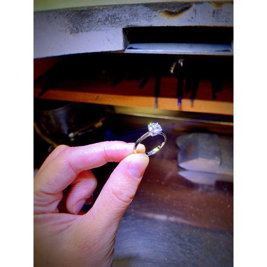 Кольцо с бриллиантом для помолвки из золота,  Больше Изображение 4