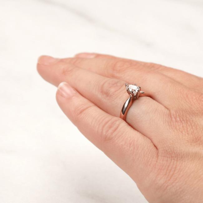 Кольцо с бриллиантом капля в 6 лапках из золота - Фото 6