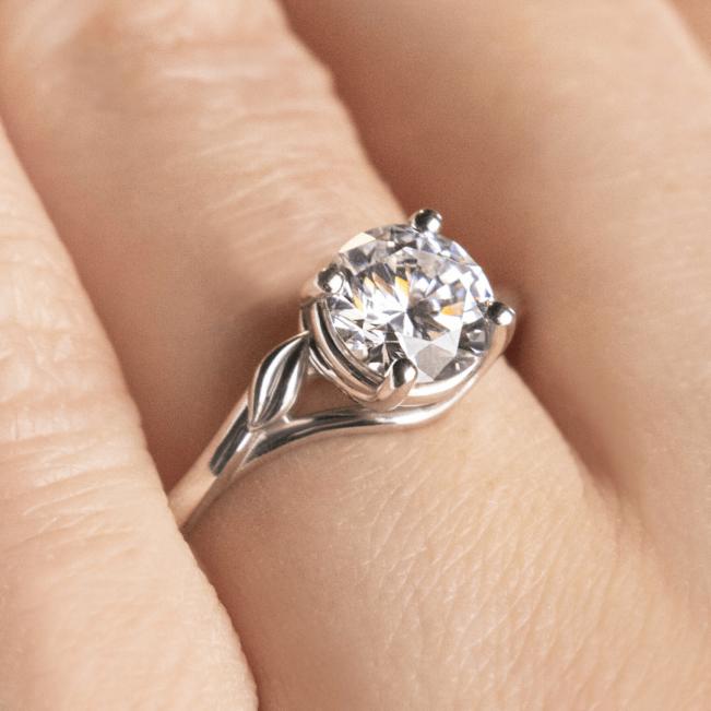 Кольцо с бриллиантом с золотыми листиками - Фото 3