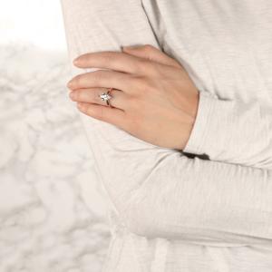 Кольцо с бриллиантом маркиз на претеной шинке