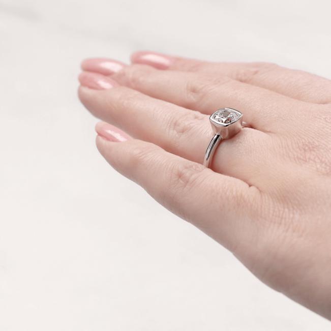 Кольцо с бриллиантом кушон в грухой закрепке из золота - Фото 5
