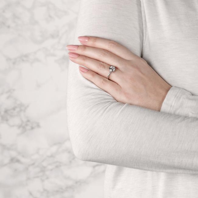 Кольцо с бриллиантом кушон в грухой закрепке из золота - Фото 6