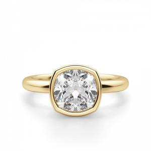 Кольцо с бриллиантом кушон в грухой закрепке из золота
