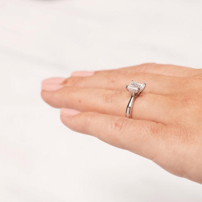 Кольцо из розового золота с бриллиантом