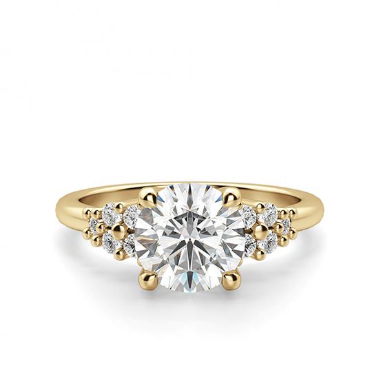 Кольцо золотое с круглым бриллиантами и боковым декором, Больше Изображение 1