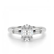Кольцо с овальным бриллиантом и боковыми багетами