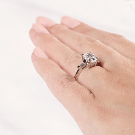 Кольцо с овальным бриллиантом и дополнительными камнями,  Больше Изображение 5