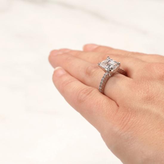 Кольцо c бриллиантом изумрудной огранки паве,  Больше Изображение 6