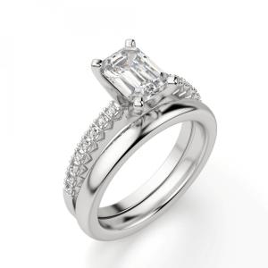 Кольцо c бриллиантом изумрудной огранки паве