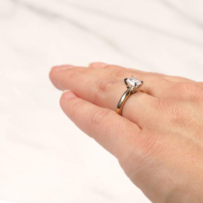 Классическое кольцо с прямоугольным бриллиантом из 2 видов золота - Фото 4