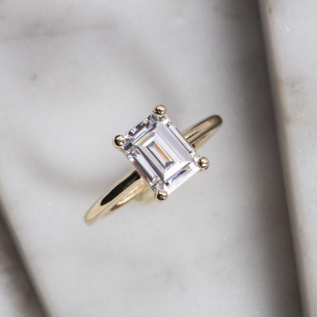 Кольцо с прямоугольным бриллиантом огранки эмеральд