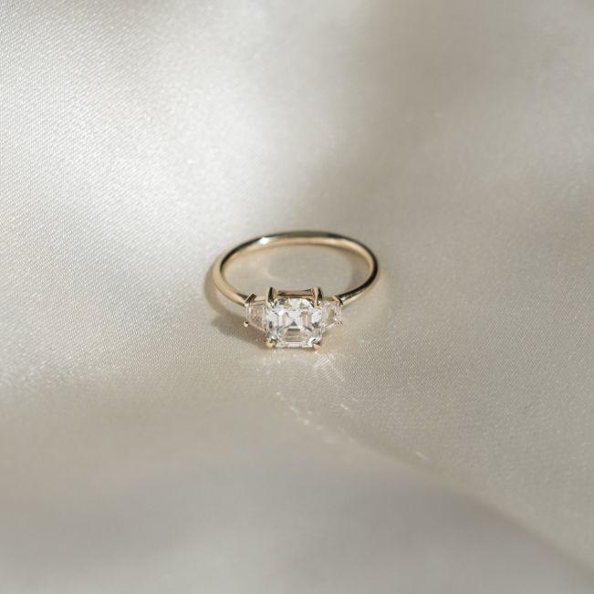 Кольцо с бриллиантом ашер и двумя трапециями - Фото 1
