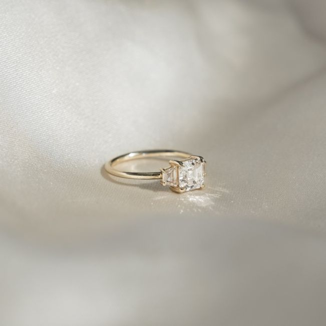 Кольцо с бриллиантом ашер и двумя трапециями - Фото 2