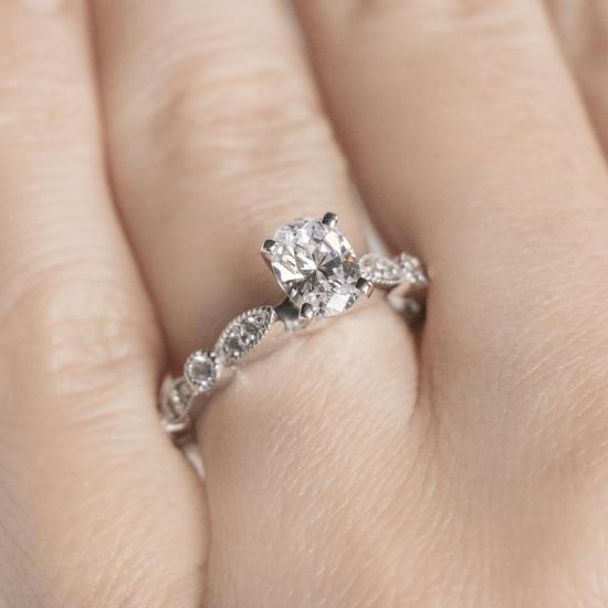 Помолвочное кольцо с бриллиантом овал с боковым декором,  Больше Изображение 5