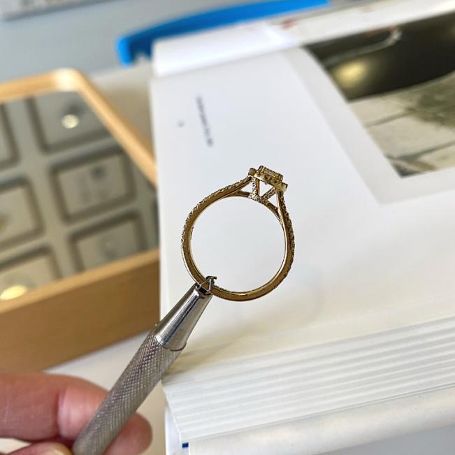 Кольцо из золота малинка с бриллиантом 0.31 в ореоле - Фото 2