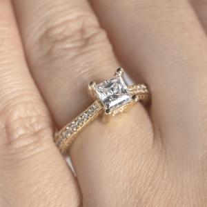Кольцо с бриллиантом принцесса с боковыми бриллиантами