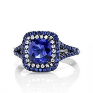 Кольцо с сапфиром в ореоле бриллиантов