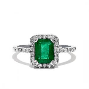 Кольцо с изумрудом и ореоле бриллиантов