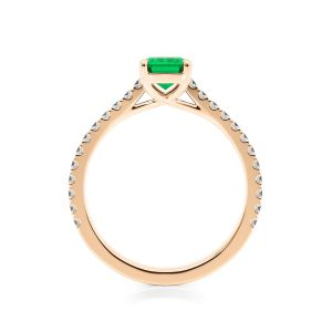 Кольцо с изумрудом и бриллиантами по бокам из розового золота