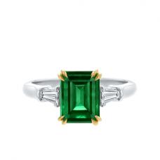Кольцо с изумрудом и бриллиантами по бокам
