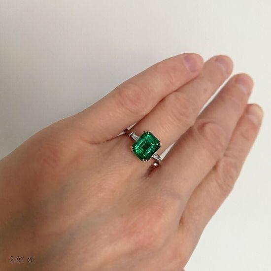 Кольцо с изумрудом и бриллиантами по бокам,  Больше Изображение 2