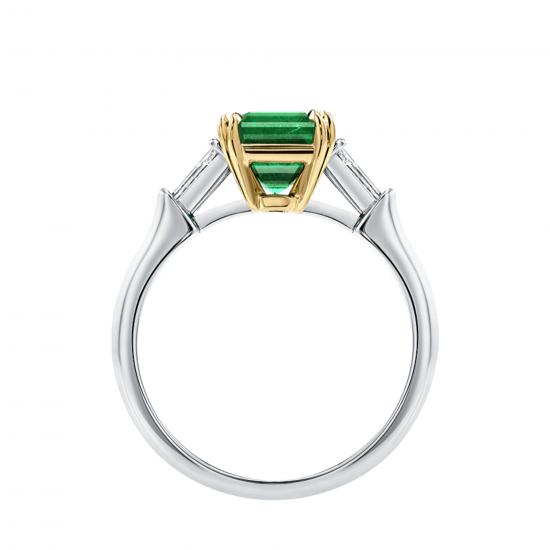Кольцо с изумрудом и бриллиантами по бокам,  Больше Изображение 3