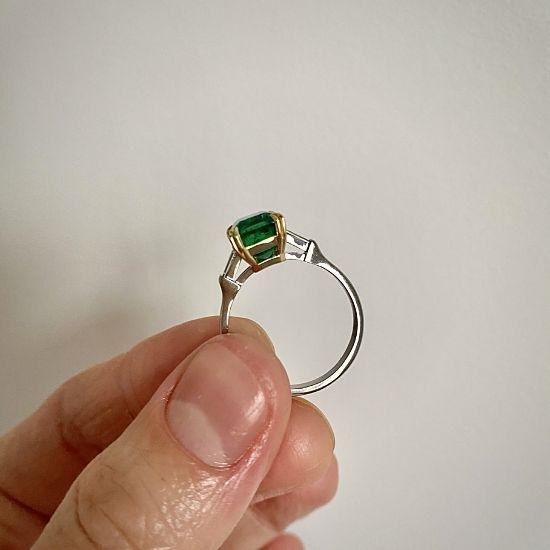 Кольцо с изумрудом и бриллиантами по бокам,  Больше Изображение 4