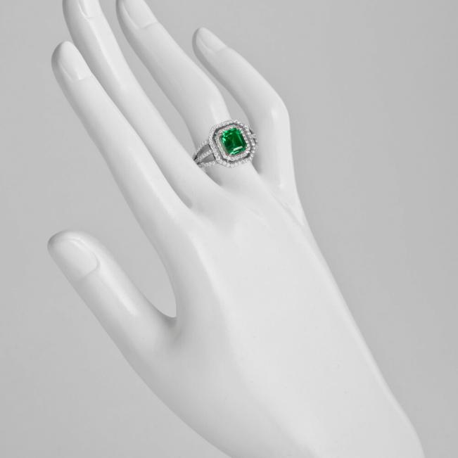 Кольцо с изумрудом в ореоле бриллиантов