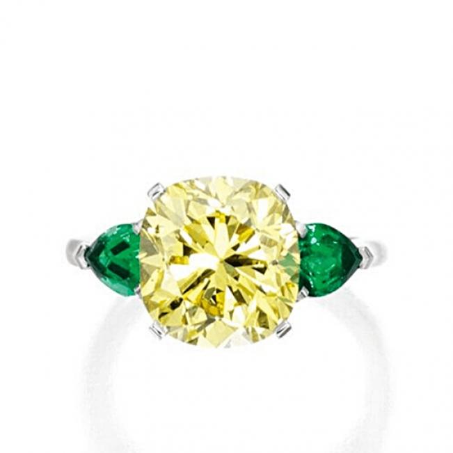 Кольцо с желтым бриллиантом 5 карат и изумрудами